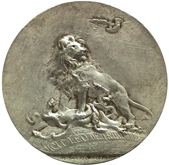 Il rovescio, tutt'altro che consueto per una medaglia papale, con il Leone di Giuda che schiaccia il serpente, in alto la colomba dello Spirito Santo (argento, mm 43)
